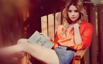 эшли бенсон,ashley benson,книга,стул,актриса