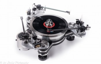 white background,музыка,Vpi industries avenger turntable
