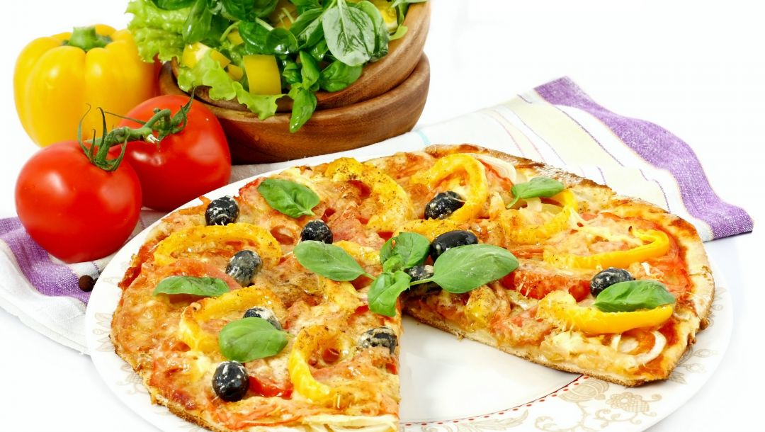 italian cuisine,Meat,cheese,dish,olive,pizza,onion,Tomato,пицца,bell pepper,greens