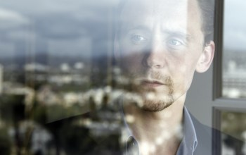 окно,мужчина,tom hiddleston,актер,Том хиддлстон