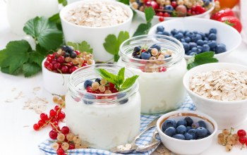 granola,breakfast,fruit,blueberries,milk,yogurt,currants,завтрак,strawberries