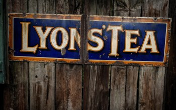text,Lyons tea,street sign