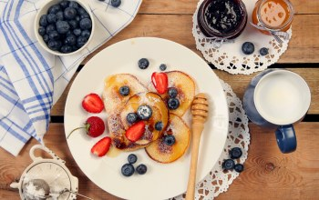 blueberries,food,блины,strawberries,черника,pancakes,milk