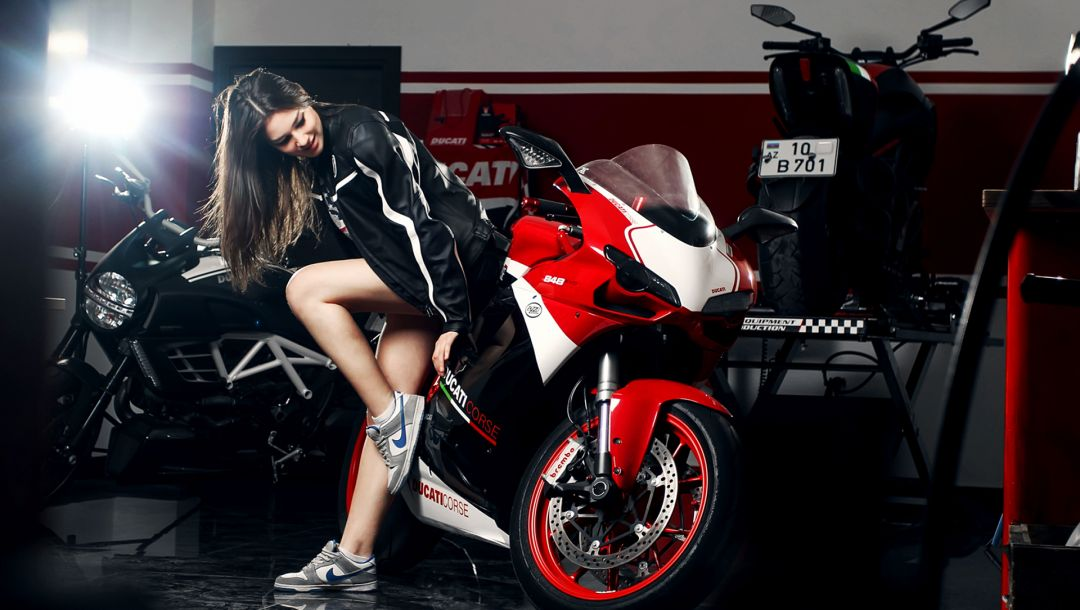 Ducati,nike,girl,ligth,motocycle,shoes,nice,Red,legs,Katharina