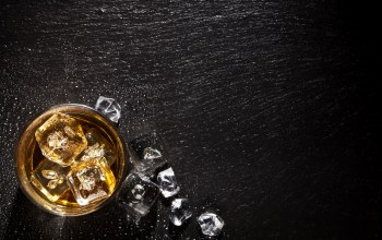 wood,glass,Alcoholic beverage,ice