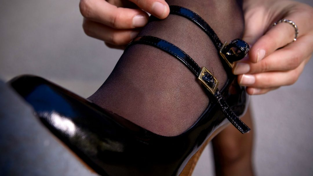 hands,shoes,stocking,woman