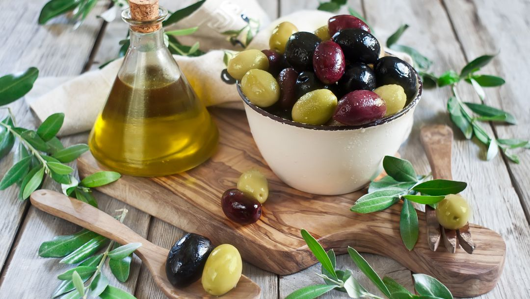 plate,листики,board,olives,салфетка,миска,olive oil,оливки,оливковое масло,доска,tissue paper,leaves