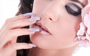 nails,female,bruntte,make up