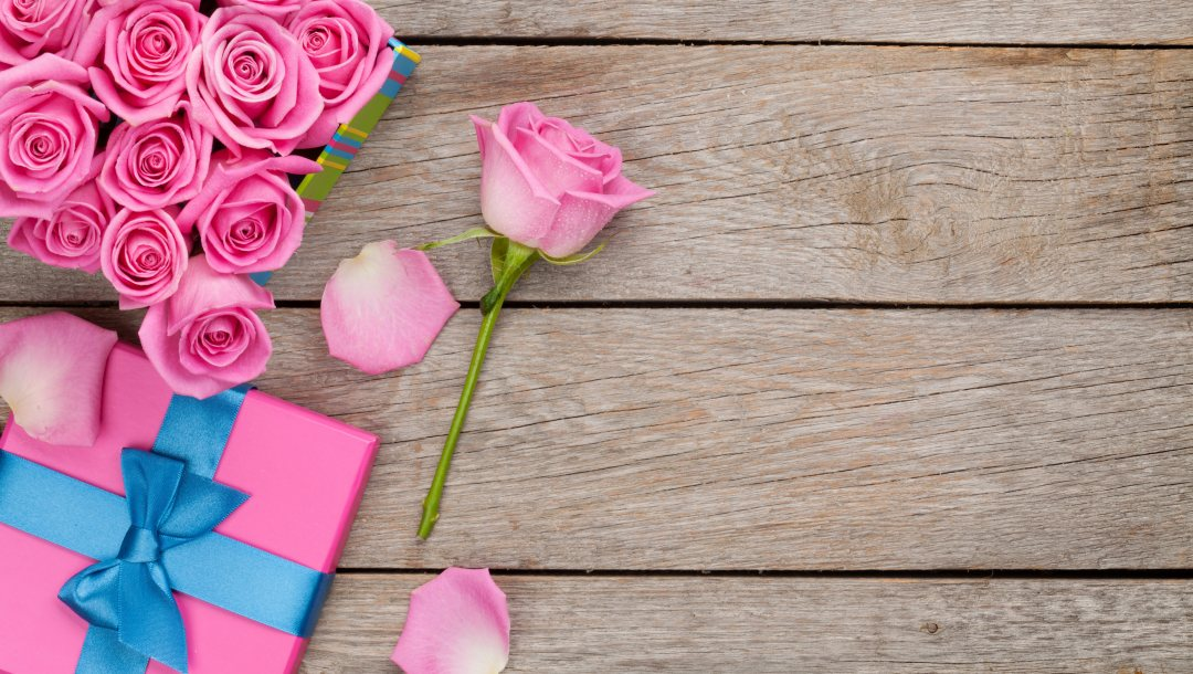 gift,Valentine`s day,petals,sweet,roses