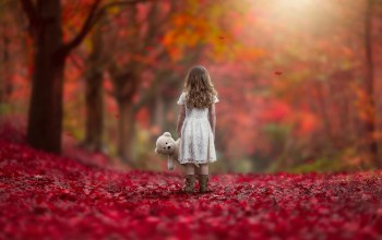 girl,Teddy,leaves,with,autumn