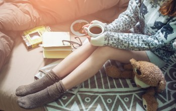 warm,drinking,book,Постель,кофе,bed,reading,книга,girl,coffee,socks