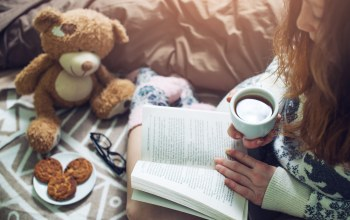 drinking,кофе,bed,Постель,socks,reading,book,warm,книга,coffee,girl
