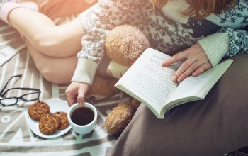 кофе,socks,coffee,drinking,reading,book,warm,Постель,bed,книга,girl