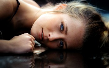 bare shoulders,girl,strap,blue eyes,open mouth,photographer,Meline Carmona,reflection,lips,looking at viewer,Face,portrait,David olkarny,close up,water,mouth,looking at camera,blonde,bokeh,photo