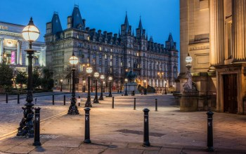 architecture,england,palaces,nigth,trees,liverpool,sky,buildings,square,street lamps,statue