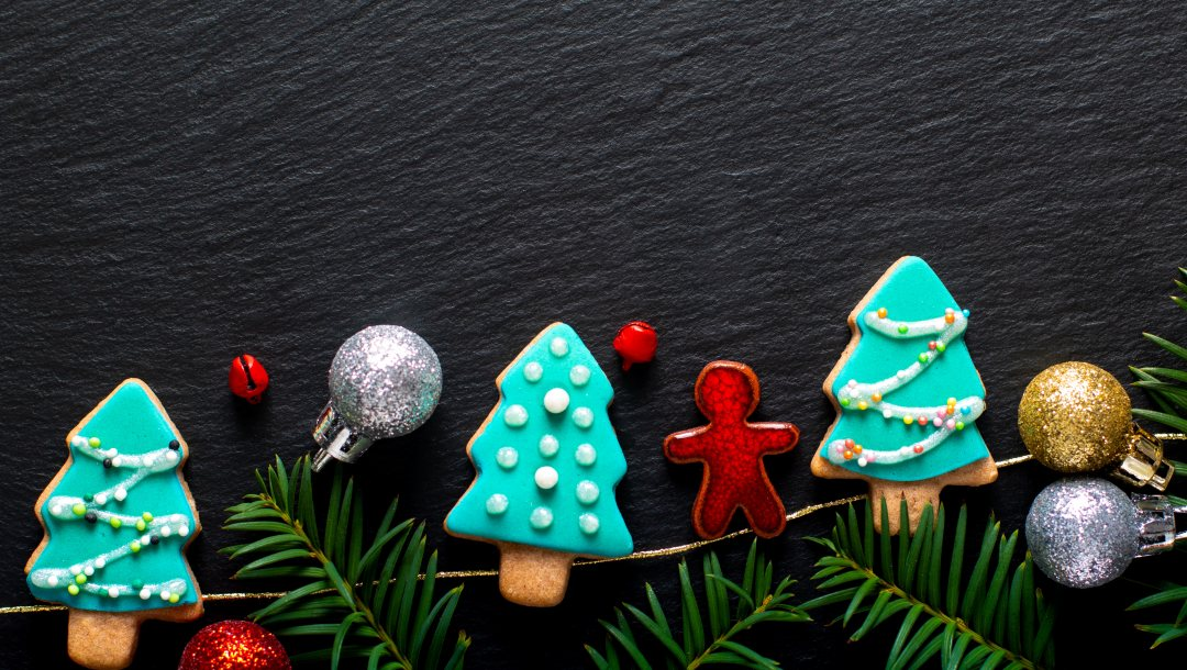 пряники,Merry,рождество,fir tree,украшения,gingerbread,печёные,wood,decoration,christmas,новый год,new_year,ветки ели,cookies