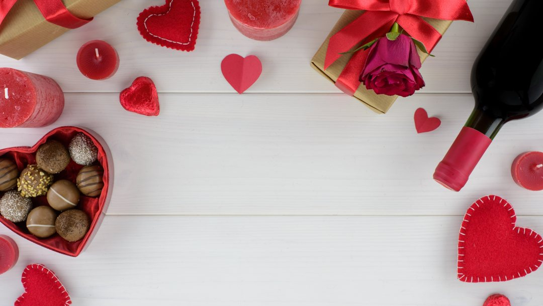 лове,valentine's day,flowers,hearts,,подарок, розы,конфеты,Red, romantic,шоколад,красньіе,gift box,roses,chocolate,wood,сердечки