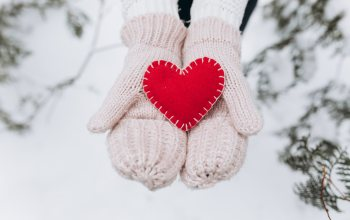 лове,valentine,елка,любов, снег,hands,Red,сердце, romantic,варежки,heart, зима,fir-tree,winter,snow