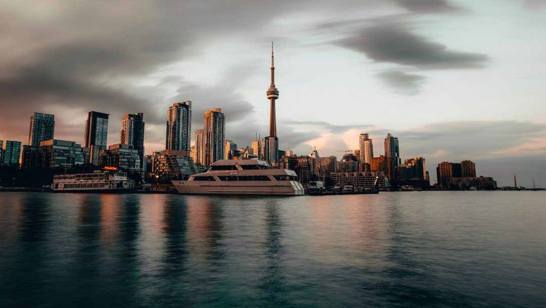 торонто,Cityscape,Sunset,city,canada,ocean,yacht,sky,waterfront,water,reflections,dusk,architecture,4k ultra hd background,boat,buildings,coast